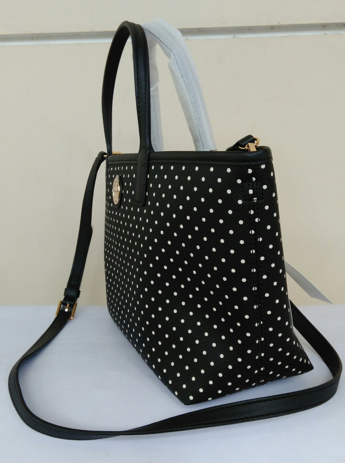 4113761e6d3 Tory Burch Kerrington Crossbody shopper viva dot mini Black. View detailed  images (3)